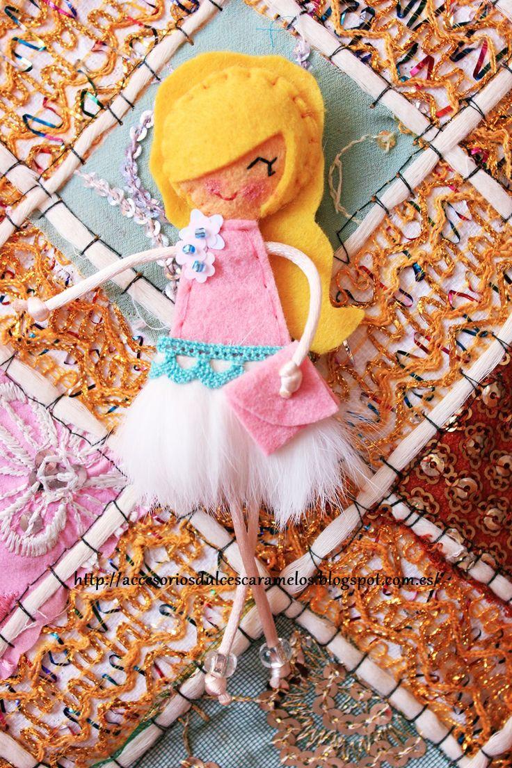 http://accesoriosdulcescaramelos.blogspot.com.es/2014/04/munecas-de-fieltro-falda-de-plumas.html Dolls Felt Pink and White, Muñeca de fieltro Rosa y blanco