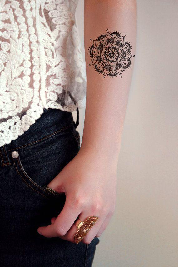 Ce tatouage temporaire du mandala boho semble incroyable sur le bras ou le poignet. Cest mignon et élégant en même temps ! Un tatouage temporaire pour