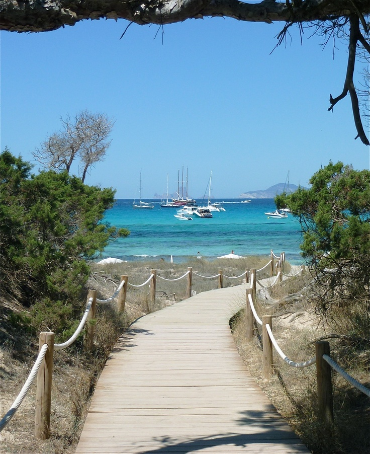 Esta es la entrada a la playa bonita, como yo le llamo, es maravillosa. http://www.bodaenibiza.es