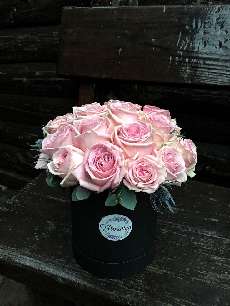 Розовые розы в чёрной коробке
