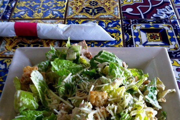 Ενενήντα σχεδόν χρόνια τώρα, η σαλάτα του Καίσαρα είναι παρούσα στα τραπέζια και μενού της υφηλίου, δροσερή και τραγανή, πιπεράτη και λεμονάτη, πλούσια σε αρώματα και υφές, χορταστική.