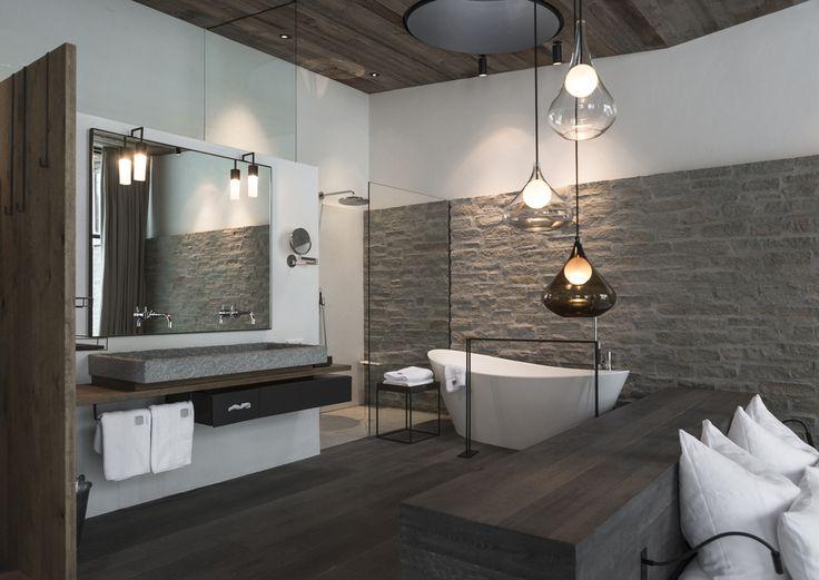 Bagno moderno con parete rivestita in pietra. #rifarecasa #maistatocosifacile grazie a #designbox & #designcard #idfsrl
