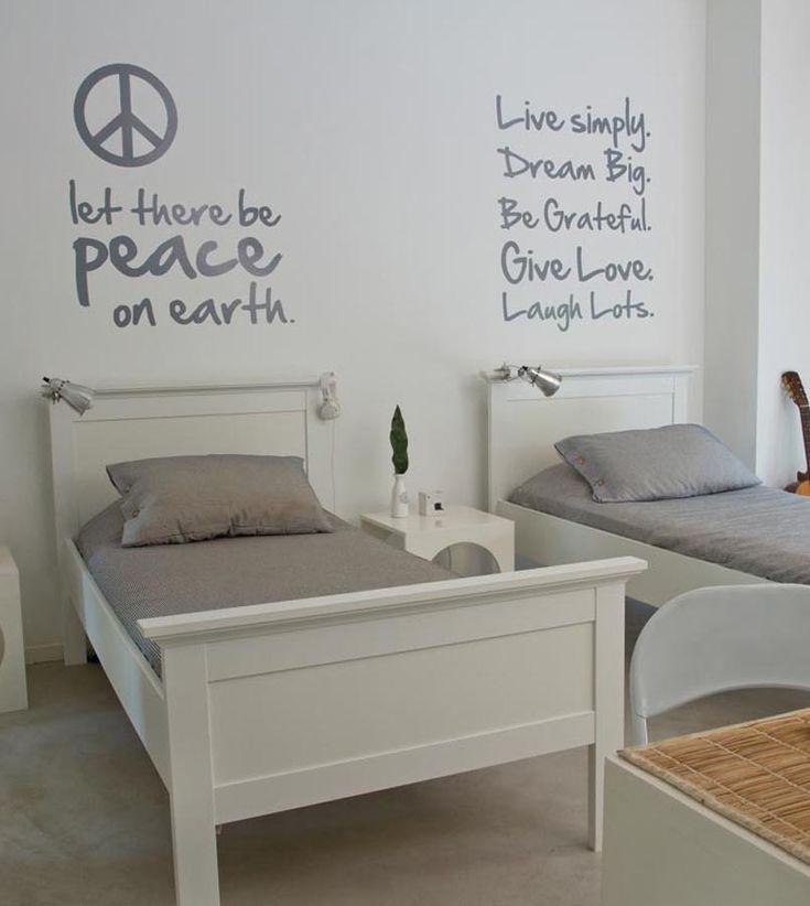 En el cuarto de los varones, la dupla blanco y gris de las paredes y el piso marcan el tono que sigue el resto de la deco. Las camas están  laqueadas en blanco (Della Casa), los cubrecamas y almohadones rayados fueron comprados en un viaje, al igual que las lámparas de lectura de aluminio (Ikea), y las mesas de luz se realizaron a medida. En primer  plano, un escritorio (Falabella) y dos sillas plegables (Mascardi).
