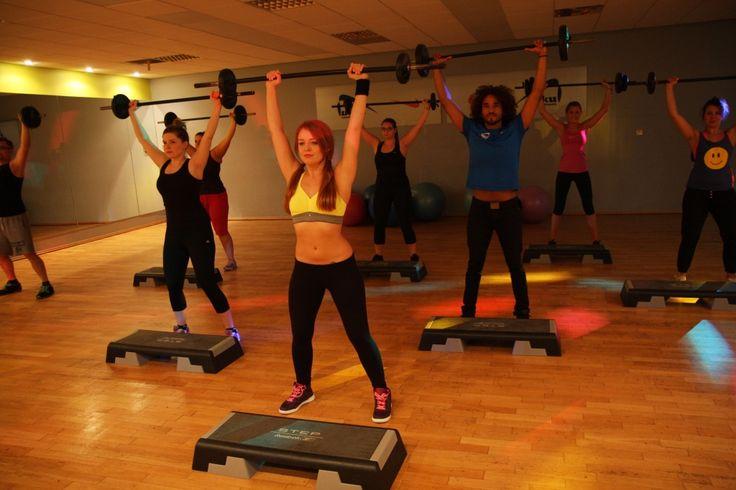 TRENING FUNKCJONALNY - to nowoczesne podejście do treningu, którego podstawą są ćwiczenia wielostawowe. Czyli w treningu funkcjonalnym odchodzi się od ćwiczeń izolowanych, stosowanych w kulturystyce. Bardzo ważną rolę odgrywa funkcjonalność. Wykonywane ćwiczenia podczas treningu funkcjonalnego są bardzo podobne do ruchów codziennego życia. Podczas zajęć najczęściej wykorzystuje się ćwiczenia z własnym ciężarem ciała.