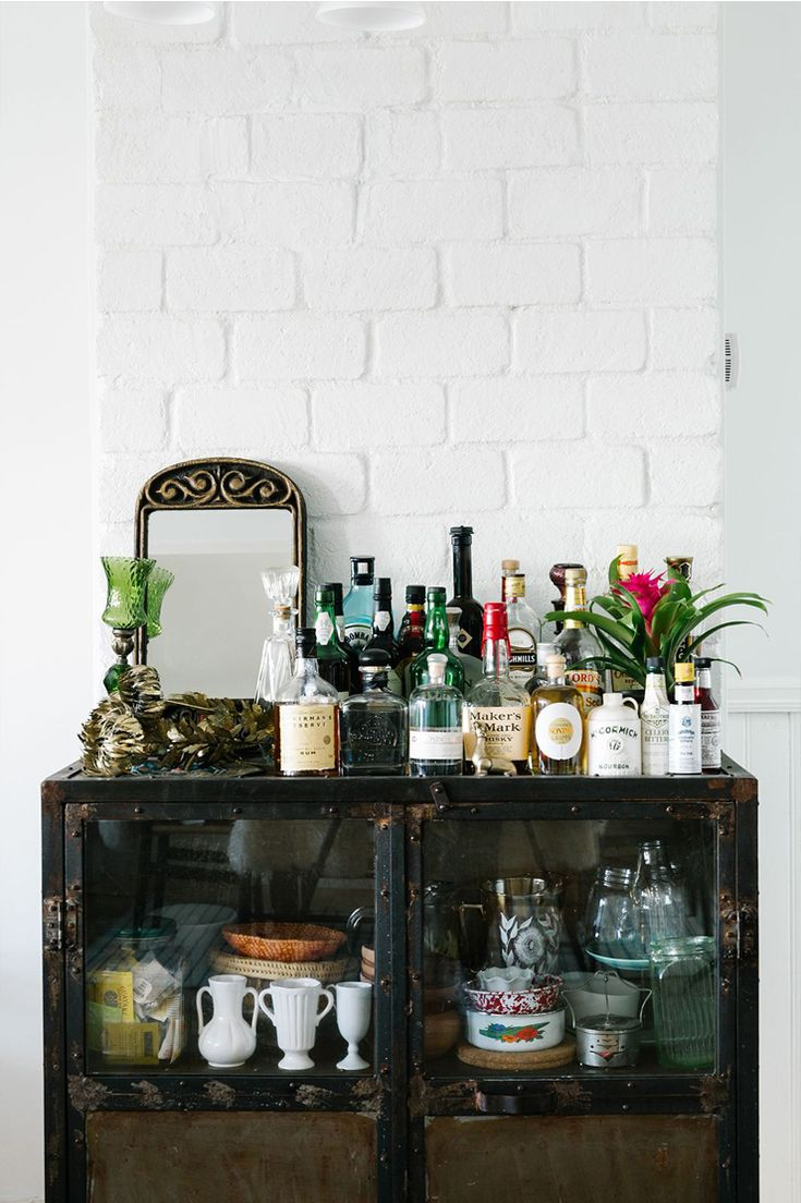 https://i.pinimg.com/736x/97/3e/50/973e509a8624e29a6c8a738e69dc1e87--bar-cart-decor-home-bar-decor.jpg