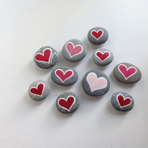 Piedras pintadas.Visto en el blog de Mamás Creativas. http://www.mamas-creativas.blogspot.com