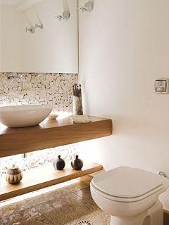 Pedras e espelho na parede com prateleira dupla