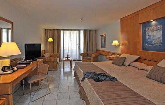El hotel Meliá Habana, una de las más recientes incorporaciones a la infraestructura turística de la mayor de Las Antillas, se ubica en la primera línea del litoral de la ciudad. #habana #cuba #hotel