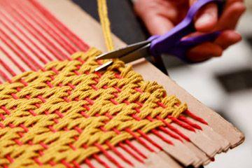 tejiendo en telar sobre cartón