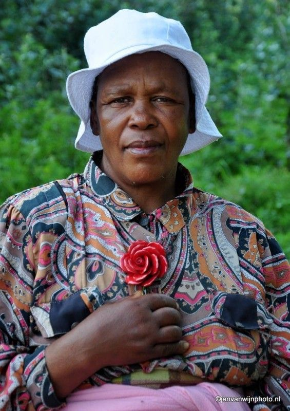 Lesotho area Een vrouw wacht in the middle of nowhere op de minitaxi