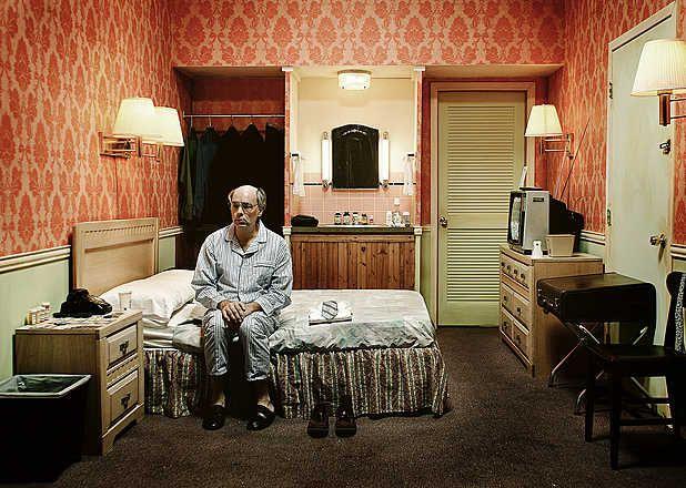 Lyndon Wade, June, 2006 / 2009 © fr.lumas.com/ #LumasChambre,  Chambre d'hôtel,  cinématographique,  Concept,  filmique,  Hommes,  Hôtel,  Hôtels,  Intérieur,  Intérieurs,  La solitude,  Lampe,  Lampes,  lit,  Lits,  Man,  Mélancolie,  mélancolique,  Motel,  Motels,  narrativement,  orange,  Photographie,  Pyjama,  Pyjamas,  récit,  Soirée,  solitaire