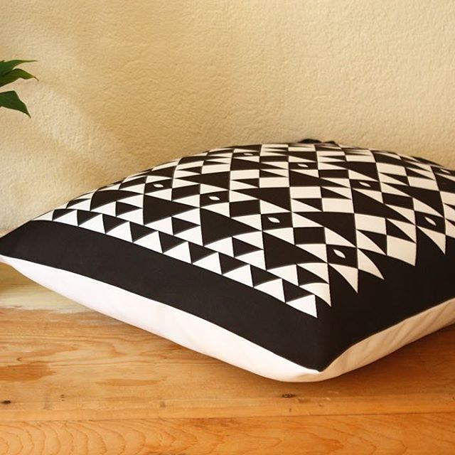 Love black and white // Coming soon in our shop in etsy 💫#blackandwhite #pillowcover #pillows #sofapillows #art #illustration #geometrics #figures #homedecor #interiordesign #decoration #decor #accentpillow #pillow #cool #minimalist #interiordesign #textiles #textileart #gingerlovedesign
