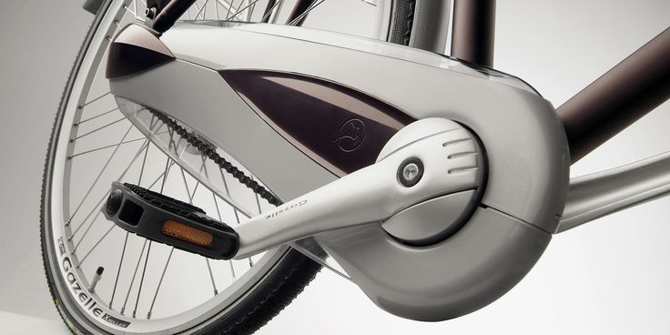 The 'Two Line' is an innovative chain guard that fully encloses and protects the chain and the rear hub. The product distinguishes itself through the different variants in which it can be made. Through a limited number of interchangeable parts in the mould and therefore a limited investment, two entirely different products can be created that both suit a specific series of bicycles.
