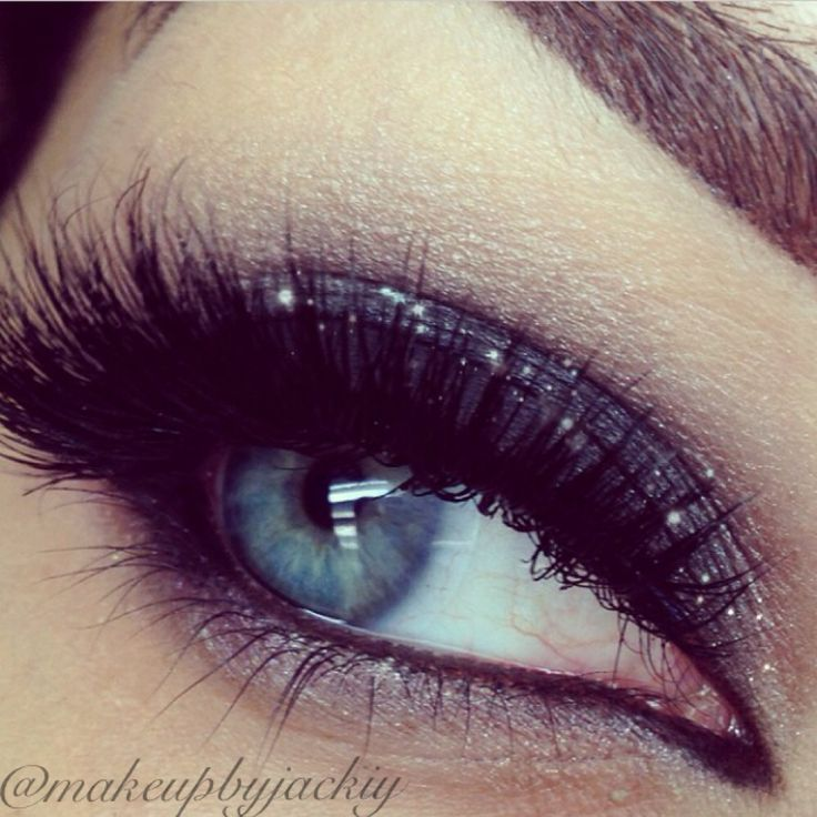 Correct make-up for blue and green eyes