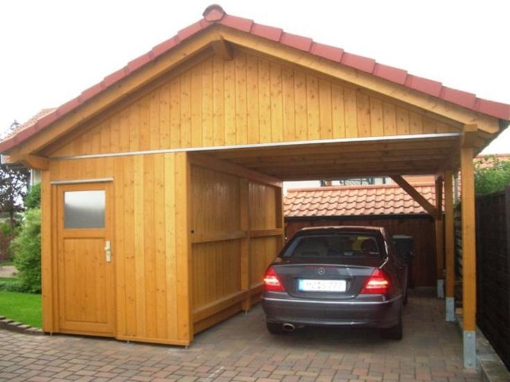 Carport aus hellem Holz mit Geräteraum. Gebaut und