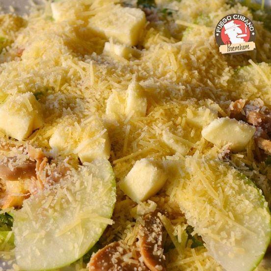 Si prefieres platos livianos, te recomendamos nuestra #EnsaladaFuego, una combinación de julianas de lechuga, salsa de la casa, crotones de pan, pollo, manzana, queso mozzarella, champiñones y parmesano #FuegoCubano #RestaurantesMedellín