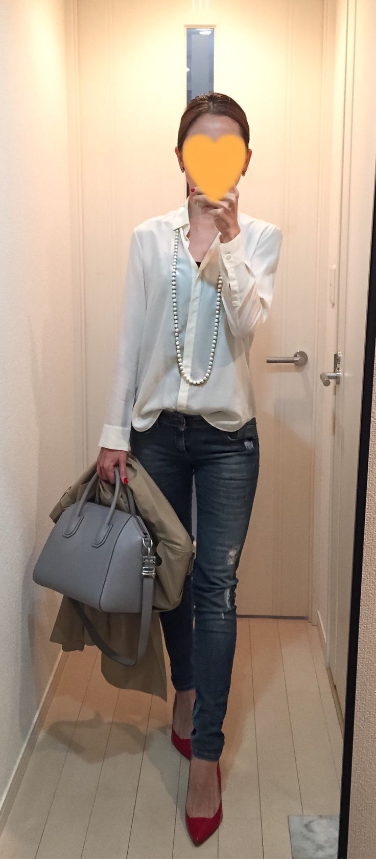Silk shirt: Ballsey, Skinny: Sisley, Bag: GIVENCHY, Red pumps: Kanematsu