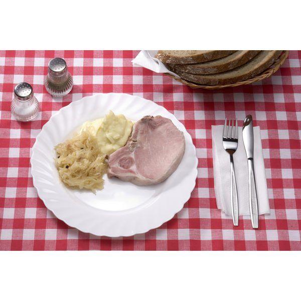 Rippchen: Es ist eine hessische Spezialität,die meistens mit Sauerkraut und Kartoffelbrei serviert wird. Es gibt zwei Arten von Rippchen, nämlich Kamm- und Stilrippchen. Letztere sind etwas fettiger. Rippchen schmecken am besten, wenn man sie zum erwärmen in einen Topf mit Sauerkraut legt und beides zusammen erhitzt.