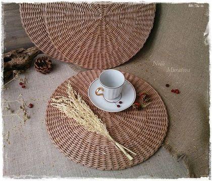 Купить или заказать ' Милый дом' Салфетки сервировочные плетеные в интернет-магазине на Ярмарке Мастеров. Подставочные салфетки под тарелки и приборы выполнены в приятном натуральном цвете, с теплым соломенным оттенком. Полностью сплетены из бумаги, прочные и легкие. Они универсальны и незаменимы при сервировке стола. Станут прекрасным дополнением к Вашему интерьеру и сделают его еще более уютным и стильным. Цена указана за одну салфетку. Возможен повтор 'по мотивам', в любом цвете.