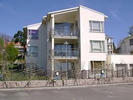 Brf Drakskeppet, Viggbyholm Täby Husen är byggda med betongelement som vitputsats med Webers Ädelputssystem. Putsentreprenör: Mälardalens Mur & Puts - Certifierad Weber Fasadentreprenör.