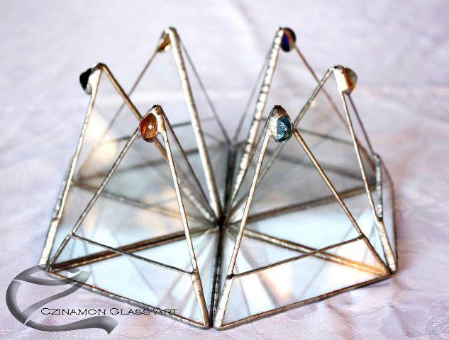 Czinamon Glass Art: tiffany glass crown from 6 peaces  small triangular florarium. #florarium #crown #tiffany work #instagram #instapic #czinamon #czinamonglassart #plants #glass #transparent #sweet #nice #gift #triangular #növénytartó edények #tiffany üveg #fragile #queen