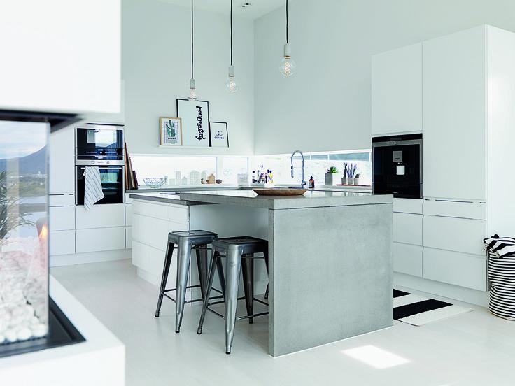 Det grebsfrie hvide jke design køkken får industrielt modspil af ...