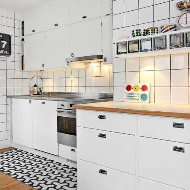 Även detta funkiskök är byggt på Metodskåp från IKEA. Tickabeslag på luckor och Nyströmshandtag på lådfronter. Bänkskivor i ljus virrvarr och rostfri diskbänk från Decosteel #retro #retrokök #retrokitchen #funkis #decosteel #järfällakök #vittvarr #teak #ticka #nyströms #platsbyggt