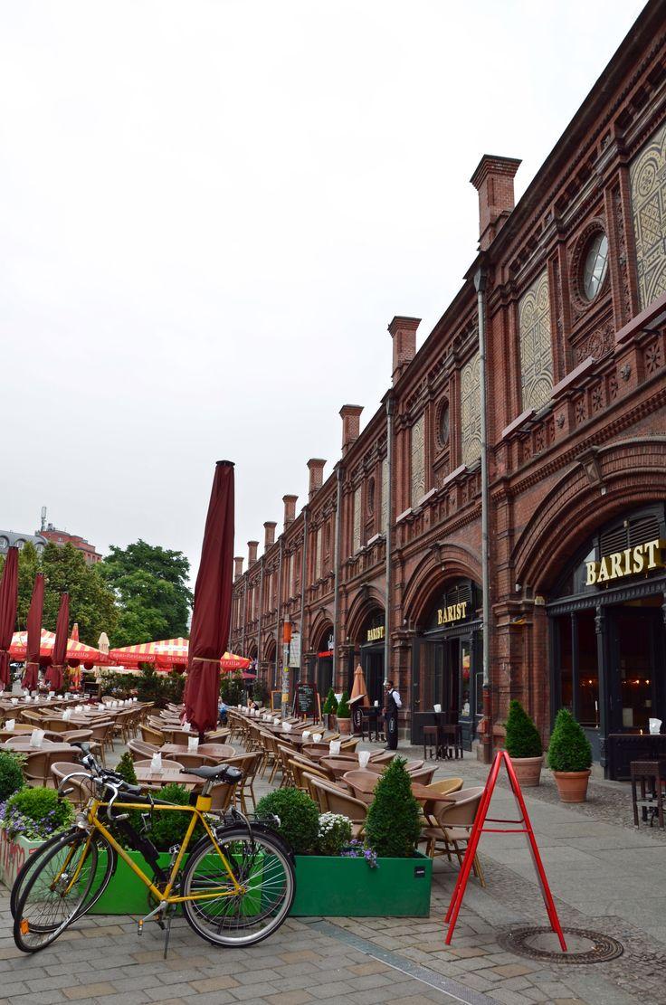 Aktuell befinden sich in den neun einzelnen Hackeschen Höfen neben einigen Geschäften, u.a. mit Mode von jungen Berliner Designern und ein Ampelmännchen-Shop, auch viel Gastronomie, z.B. die Bar Oxymoron, sowie kulturelle Einrichtungen wie ein Kino und das Varieté-Theater Chamäleon.