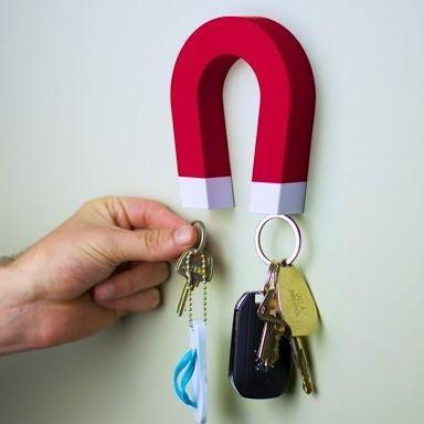 Atraia a sorte e as chaves para a sua casa! O porta chaves magnético ferradura vermelha é lindo e super criativo, pois tem formato daqueles imãs de desenho animado que lembram também as ferraduras de cavalo. R$49,00 #tetrispresentes #criativosediferentes