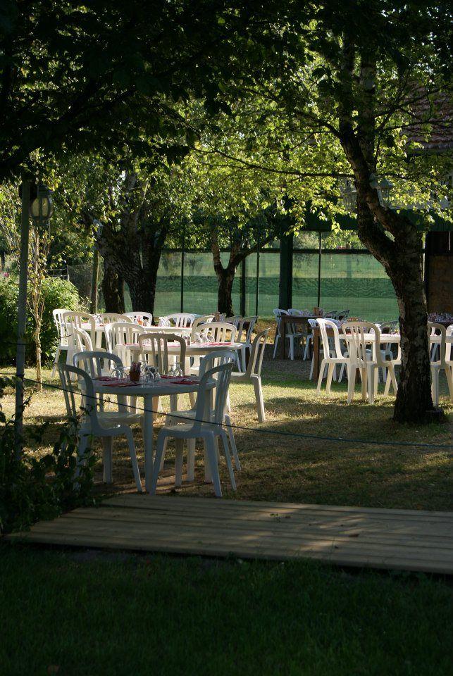 Service dans le grand jardin fleuri et ombragé. Restaurant dans la campagne nivernaise