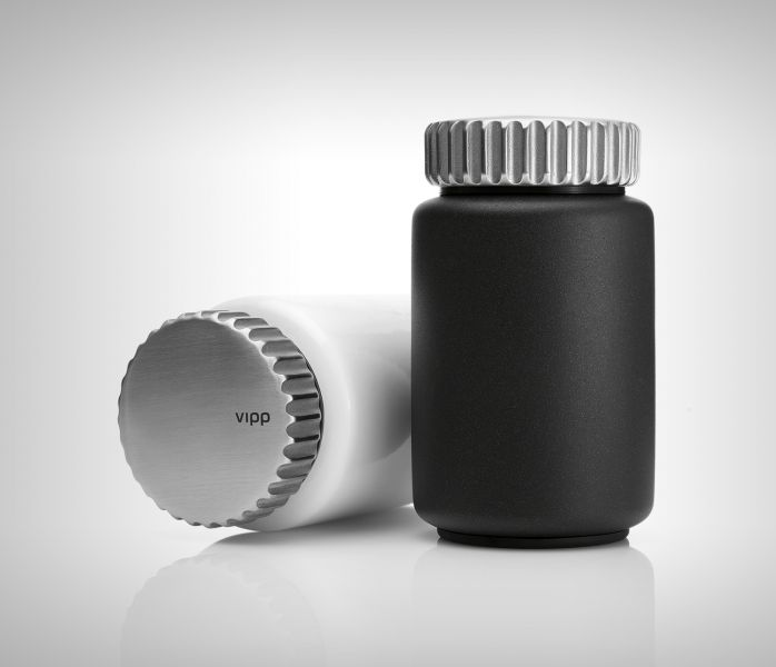 Salt og pepper-kvern Dreie-hode i rustfritt stål, og justerbar keramisk kvern. Base i pulverlakkert aluminium, med gummi som enkelt kan tas ut. H 11,5 cm Ø 6,5 cm