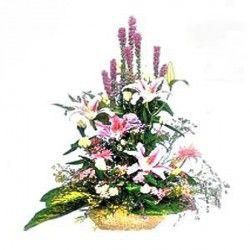 Un'alternativa al cuscino funebre, una composizione originale in cesto con varietà pregiate di fiori.