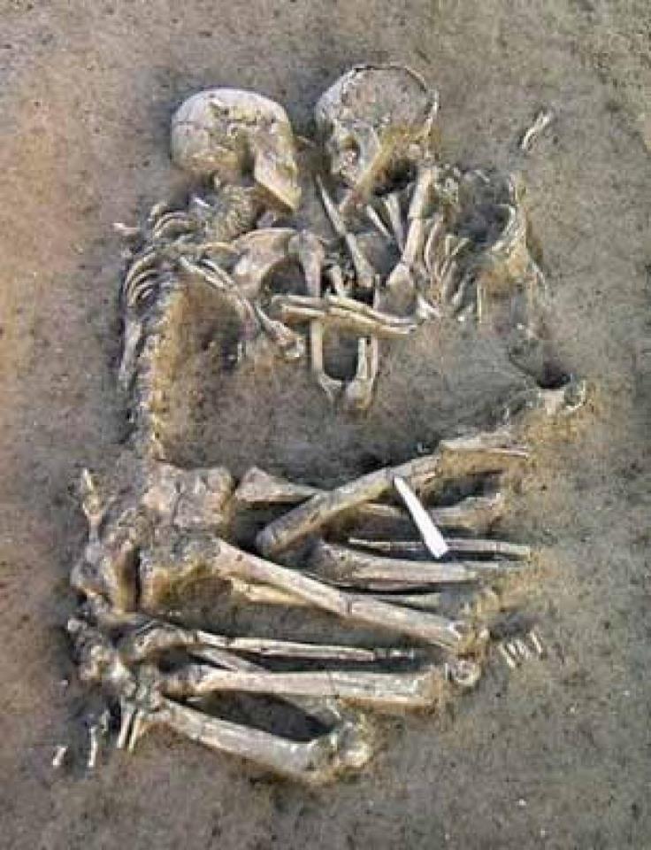 Foto de esqueletos, com mais de 5 mil anos, de um casal abraçados.    Arqueólogos descobriram na Itália os esqueletos de um casal que foi enterrado abraçado. Os pesquisadores acreditam que os dois morreram entre 5 mil e 6 mil anos atrás, quando jovens devido a arcada dentária de ambos estar intacta. Um laboratório tentará determinar a idade do casal quando morreu.    Matéria completa: http://noticias.terra.com.br/ciencia/interna/0,,OI1394945-EI319,00.html