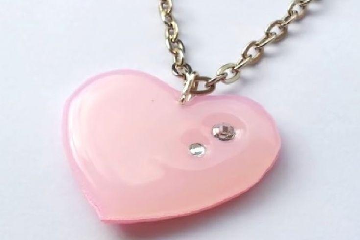 Avec un peu de colle chaude, elle confectionne un magnifique pendentif en forme de coeur
