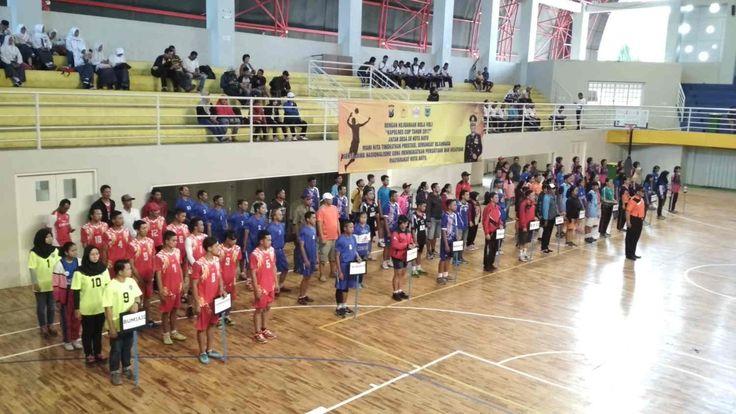 """16 Klub Bola Voli Kota Batu Akan Saling """"Smash"""" di Kapolres Cup 2017 https://malangtoday.net/wp-content/uploads/2017/07/Kapolres-Batu-AKBP-Budi-Hermanto-saat-memimpin-pembukaan-Kejuaaraam-Bola-Volly-Kapolres-Cup-2017-di-GOR-Gajahmada-Azmy.jpg MALANGTODAY.NET– Sejumlah 16 klub bola voli putra dan putri akan bersaing dalam kejuaraan bola voli """"Kapolres Cup 2017"""" antar Desa Kota Wisata Batu. Ke-16 tim adalah klub bola voli seluruh desa, kelurahan serta kecama"""