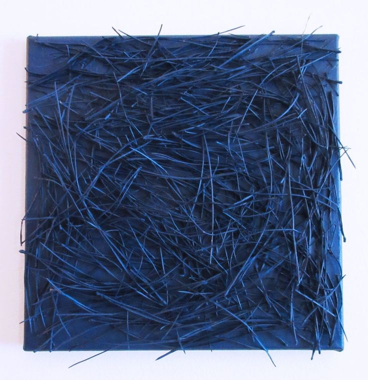 GIUSI LOISI artwork www.giusiloisi.it - Natura Prossima Blu: aghi di pino su tela. pine needles on blue canvas. aiguilles de pin sur toile bleu.