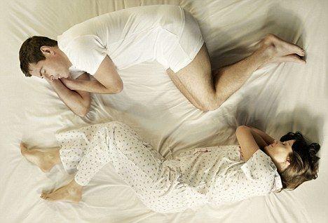 """Durante il sonno gli atteggiamenti del nostro corpo sono del tutto spontanei, e ciascuna posizione rivela qualcosa del nostro modo di essere…  Questo succede anche quando si dorme in due!   Secondo la sociologa Evany Thomas, autrice del libro illustrato """"The Secret Language of Sleep: A Couple's Guide to the Thirty-Nine Positions"""", le posizioni in cui dormiamo in coppia ogni notte possono essere indicative di alcuni aspetti della relazione.   #sleepingpositions #couple #dormireindue"""