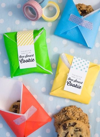 カラフルな紙をマスキングテープでとめ、ラベルを付けたラッピング。クッキーの大きさによっては、なんと折り紙でもできちゃいますよ!様々な色を使って、配るのもより楽しくなっちゃう♪