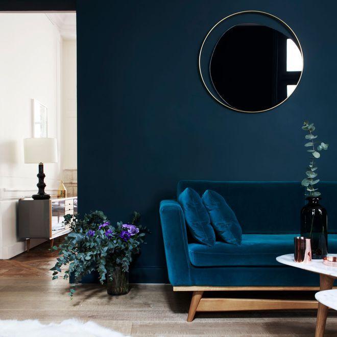 Un canapé bleu en velours