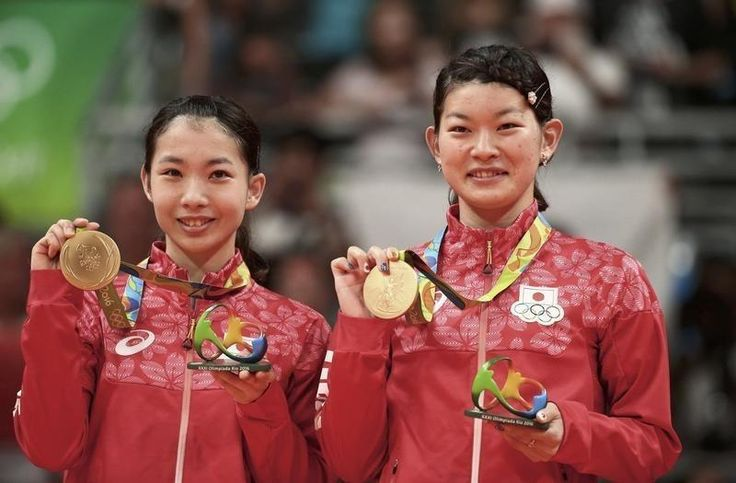 リオデジャネイロ五輪は18日、バドミントンの女子ダブルス決勝を行い、第1シードの高橋礼華、松友美佐紀組はデンマークのカミラ・リターユヒル、クリスティナ・ペデルセン組を2─1で下し、バドミントンで日本勢初の金メダルを獲得した。第1ゲームを18─21で落とした高橋、松友組だったが、第2ゲームは序盤からリード