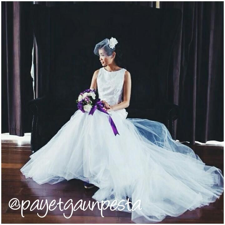 A beautiful bride in a beautiful tulle wedding dress..