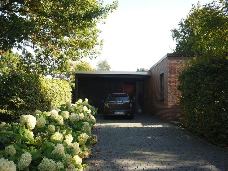 """Die """"Gartenstadt""""-Siedlung in Mörfelden-Walldorf wurde in unmittelbarer Nähe zum Rhein-Main-Flughafen gebaut, statt der mehr als 200 geplanten Bungalows wurden aufgrund der schleppenden Absatzzahlen letztendlich nur 42 der geplanten Häuser realisiert. Seit 1984 steht die Siedlung als Ensemble unter Denkmalschutz, weiterhin sind zehn ihrer Häuser einzeln geschützt."""