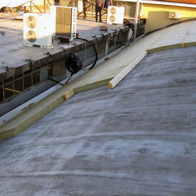Riqualificazione energetica di un capannone industriale con isolamento del tetto per contenere i consumi energetici - Almese - Torino