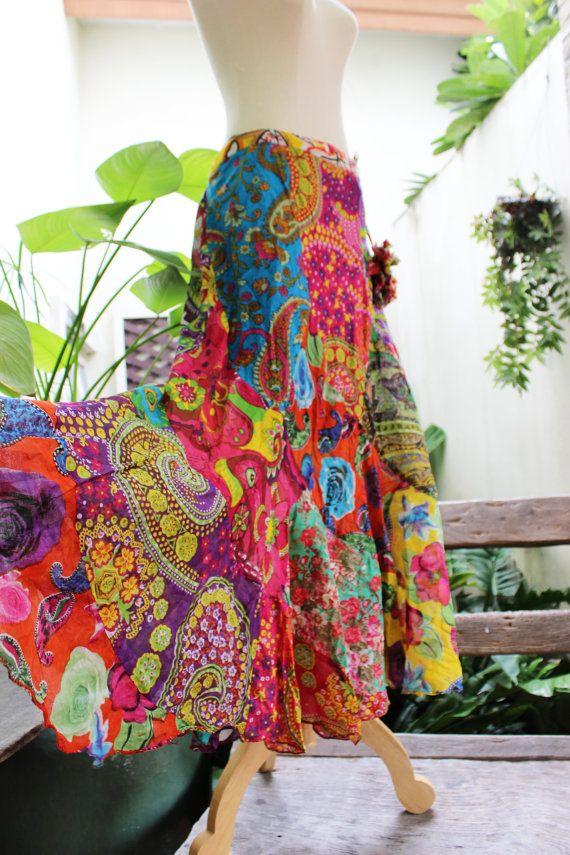 Deze rok gemaakt van bloemen afgedrukte zachte katoen patchwork. Het stuk is zeer comfortabel, terug smocked en verstelbare riempjes taille met katoen bloem-ballen.  Gemakkelijk te dragen en zorg voor, nee moet ijzer. Net draai te maken crinkleห en houd het in je kast.  Handig lichtgewicht stuk te nemen op een reis!  De werkelijke kleur van het item is een beetje rijker. Zachte katoenen voering Verstelbare riempjes met katoen bloem-ballen Kant rits  Maat: Terug smocked taille kan worden…