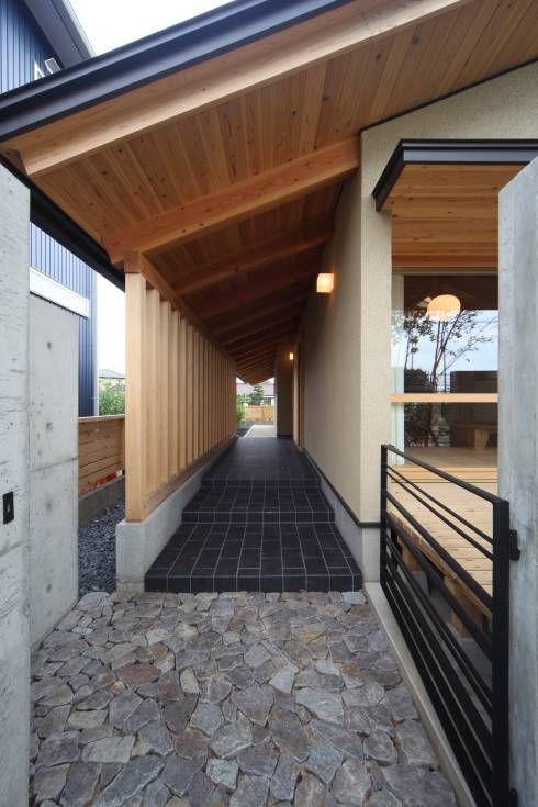 玄関ポーチ: 青木昌則建築研究所が手掛けたtranslation missing: jp.style.家.アジア家です。