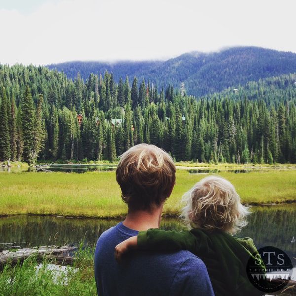 Island Lake Lodge - Lake Trail with children - view of the lodges