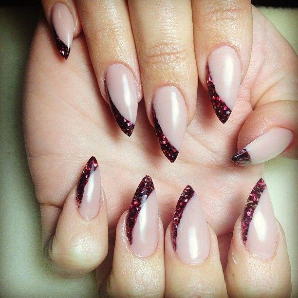 ногти миндальной формы бордовые блёстки с боку  ногтя Almond shape nails