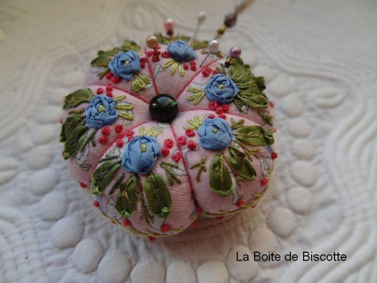 Un pique-épingles aux roses bleues