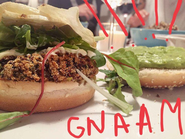 Una ricetta super: vegan burger di quinoa e zucchine, crema di avocado&basilico, songino e chips di patate dolci.