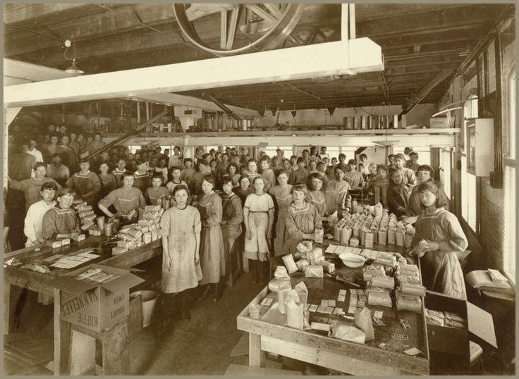 Beschrijving:  De erven de wed. J. van Nelle, Rotterdam  De afdeling koffiepakkerij in de fabriek van de erven de wed. J. van Nelle, Rotterdam. Dit is een van de foto's die door de Arbeidsinspectie is ingezonden voor de tentoonstelling 'Opvoeding van den Jeugd boven den leerplichtigen leeftijd', Den Haag, 16 juli - 14 augustus 1919     Datum: Circa 1919